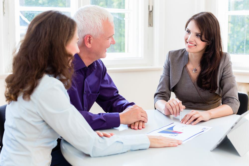 retirement-advisor-talking-to-retiree-and daughter